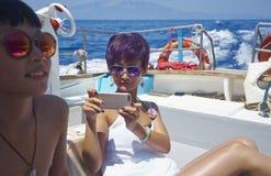 Mutter u. Sohn auf Boot lizenzfreie stockfotografie