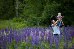 Mutter u. Tochter auf dem Gebiet der Lupine-Blumen Stockfotografie