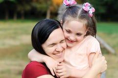 Mutter umarmt ihre Tochter Lizenzfreies Stockfoto