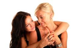 Mutter umarmt Lieblingstochter und betrachtet sie Lizenzfreies Stockfoto
