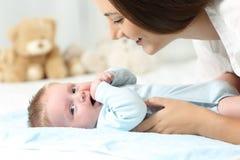 Mutter und Baby auf einem Bett Stockfotos