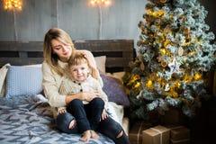 Mutter und Baby auf Hintergrund des neuen Jahres lizenzfreie stockbilder