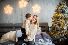 Mutter und Baby auf Hintergrund des neuen Jahres lizenzfreie stockfotos