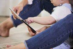 Mutter und Baby, das p?dagogische Anwendung verwendet lizenzfreie stockfotografie