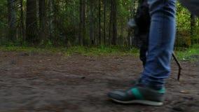 Mutter und Baby, die auf Landlandstraße im Kiefernwald, Fokus auf ihren Füßen gehen stock video footage