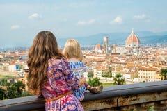Mutter und Baby, die auf Panoramablick von Florenz schauen Stockfoto