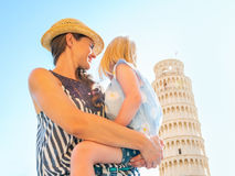 Mutter und Baby, die auf Turm von Pisa schauen Lizenzfreie Stockbilder