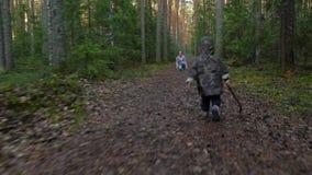 Mutter und Baby, die in Kiefernwald, netter Betrieb des kleinen Jungen seine glückliche Mutter umfassen gehen stock footage