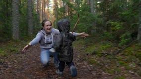 Mutter und Baby, die in Kiefernwald, netter kleiner Junge umarmt seine glückliche Mutter geht stock video footage