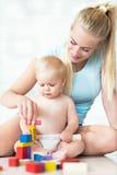 Mutter und Baby, die mit Blöcken spielen Lizenzfreies Stockfoto