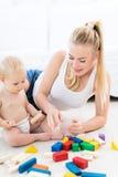 Mutter und Baby, die mit Blöcken spielen Lizenzfreie Stockfotografie