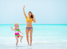 Mutter und Baby, die mit der Hand wellenartig bewegen Lizenzfreie Stockbilder