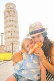 Mutter und Baby, die Pizza in Pisa essen Lizenzfreie Stockbilder