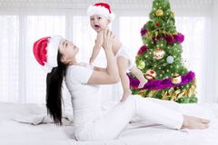 Mutter und Baby, die Sankt-Hut tragen lizenzfreie stockfotos