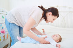 Mutter und Baby, die smilling sind stockfoto