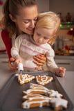 Mutter und Baby, die Weihnachtsplätzchen machen lizenzfreies stockfoto