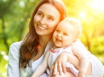 Mutter und Baby draußen Stockfotografie