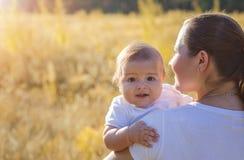 Mutter und Baby draußen im Herbst Stockbild