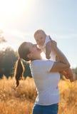 Mutter und Baby draußen im Herbst Lizenzfreies Stockbild