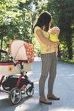 Mutter und Baby in einem Park Stockfotos