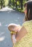 Mutter und Baby in einem Park Lizenzfreie Stockbilder