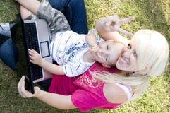 Mutter und Baby mit Sieghandgeste Stockbild