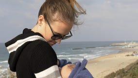 Mutter und Baby nahe der Küstenlinie von mediterrian lizenzfreie stockbilder