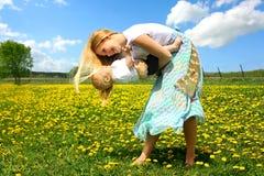 Mutter-und Baby-Tanzen draußen Stockbilder