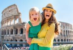 Mutter und Baby vor colosseum in Rom Lizenzfreies Stockbild