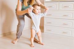 Mutter- und Babybeine Erste Jobstepps lizenzfreies stockbild