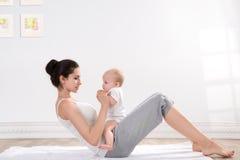 Mutter- und Babygymnastik Stockfotografie