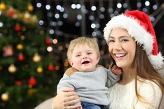 Mutter- und Babysohn, der Kamera im Weihnachten betrachtet lizenzfreies stockbild