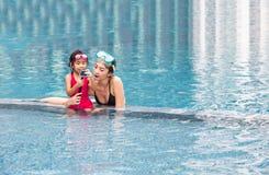 Mutter und daugther benutzen Aktionskamera zu reccord Schwimmen stockbild