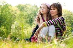 Mutter und daugther, welche die Ansicht genießen Lizenzfreie Stockfotografie