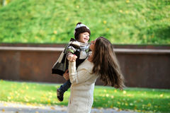 Mutter und der Kinderweg im Park Stockfotos