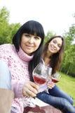 Mutter- und der Tochtertrinkender Wein draußen Lizenzfreie Stockfotografie