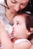 Mutter- und des SchätzchensTrinkmilch Stockfoto