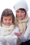 Mutter und doughter in der warmen Kleidung Lizenzfreies Stockbild