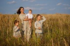 Mutter und drei Söhne auf dem Gebiet Stockbilder