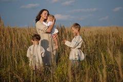 Mutter und drei Söhne auf dem Gebiet Stockfoto