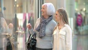 Mutter-und Erwachsen-Tochter im Einkaufszentrum zusammen stock video