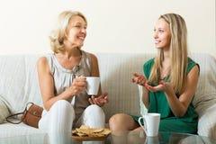 Mutter- und Erwachsentochter auf Sofa stockfotografie