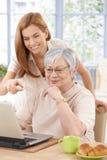 Mutter- und Erwachsentochter, die das Spaßlächeln hat Lizenzfreies Stockfoto