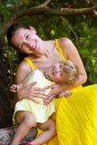 Mutter und gaughter, die mit einander spielen Lizenzfreies Stockfoto