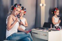Mutter und ihr Kindermädchen tun Ihr Make-up und haben Spaß Stockfotos