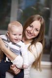Mutter und ihr kleiner Sohn zu Hause Stockbilder