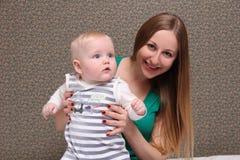 Mutter und ihr kleiner Sohn zu Hause Lizenzfreie Stockfotos