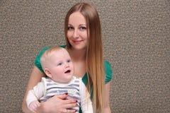 Mutter und ihr kleiner Sohn zu Hause Stockfotos