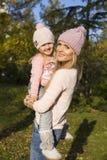 Mutter und ihr kleines Mädchen, die Spaß haben Lizenzfreie Stockfotos