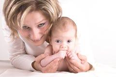 Mutter und ihr Schätzchen in den Armen Lizenzfreie Stockfotografie